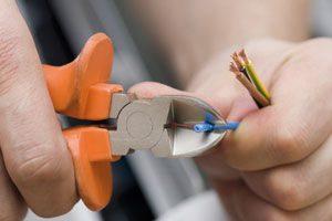 elektriker med kabler